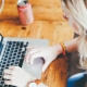 Online marketeer achter computer