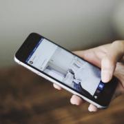 Online marketeer met telefoon